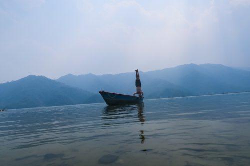 Sirsasana Phewa Lake in Pokhara - Shape Of PeacePhotographie contrecollé sur Dibond 2mm - 60X40 cm (2016) Népal (Pokhara )